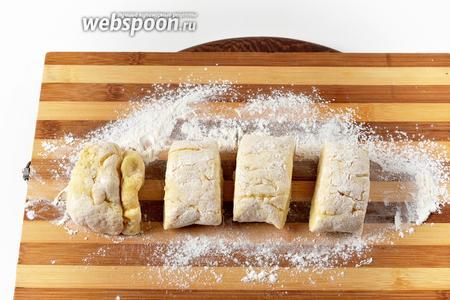 Разделить тесто на 4 части.