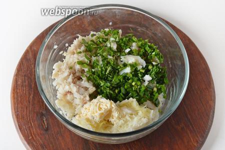 Соединить рыбу, картофель, сыр, нарезанную зелень лука (35 грамм) и петрушки (15 грамм).