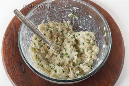 Приправить солью (5 грамм) и чёрным молотым перцем (1 грамм). Перемешать.