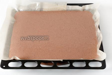 Форму размером 30х35 сантиметров застелить пергаментом, щедро смазать его сверху подсолнечным маслом (2 ст. л.). Вылить печёночную массу в форму. Выпекать при 180°С 12-14 минут (почти до готовности).