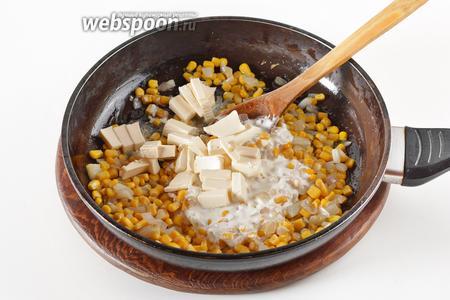 Добавить консервированную кукурузу (200 грамм) без маринада, 100 грамм нарезанного кусочками плавленого сыра, 75 грамм сметаны. Прогреть, помешивая, 1-2 минуты. Приправить солью (3 грамма).