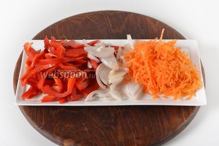 Лук очистить и нарезать 100 грамм полукольцами. Морковь очистить и натереть на крупной тёрке 100 грамм. Перец (150 грамм) промыть, очистить от семян, нарезать полосками.