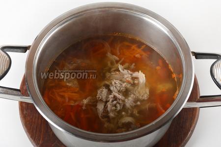 В кастрюлю с кипящей водой (1,5 литра) выложить перец, лук, морковь, мясо. Приправить солью (10 грамм). Готовить 10 минут.