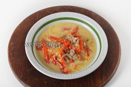 Суп с куриными шейками готов. Перед подачей посыпать суп в каждой тарелке чёрным молотым перцем по вкусу.