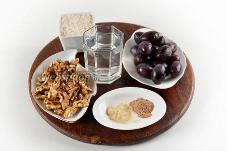 Для работы нам понадобятся сливы, грецкие орехи, сахар, вода, молотая корица, сухой имбирь.