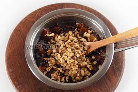 Добавить 100 граммов нарезанных средними кусочками орехов. Довести до кипения и готовить на небольшом огне 40 минут.