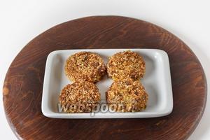 Кунжутное печенье готово к подаче.