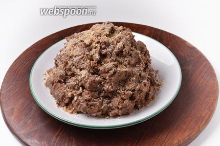 Выложить на блюдо в виде муравейника. Сверху торт можно посыпать раскрошенным печеньем. Такой торт готов к подаче сразу же после приготовления.