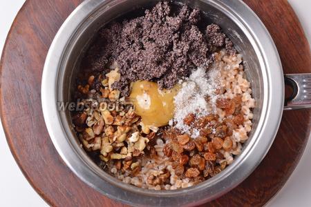 Соединить перловую крупу, 25 грамм сахара, 60 грамм мёда, мак, изюм, орехи, холодную кипячёную воду (50 мл, но это количество воды можно регулировать по желанию, в зависимости от того, какой консистенции вы хотите получить кутью). Тщательно перемешать.
