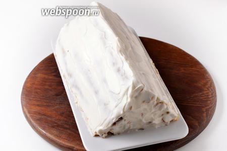Остатками крема смазать верх и бока торта. Оставить торт на 1 час при комнатной температуре, а затем переложить на 2-4 часа (а лучше на ночь) в холодильник. За это время трубочки полностью пропитаются кремом, становятся мягкими и нежными. Этот нюанс следует учесть, готовя торт на конкретный день, и приготовить его заранее.