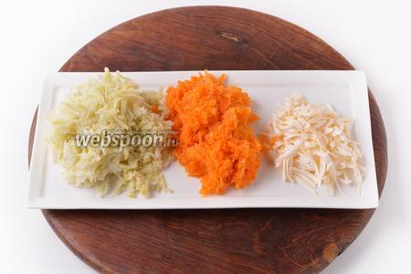 Картофель (50 г) и морковь (60 г) отварить в кожуре до готовности, охладить, очистить и натереть на крупной тёрке. 50 грамм плавленого сыра натереть на крупной тёрке.