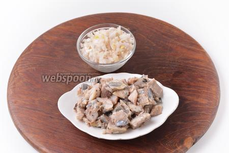 Лук очистить и нарезать мелкими кубиками 25 грамм. У сельди (200 грамм) удалить кости. Нарезать рыбу средними кубиками.