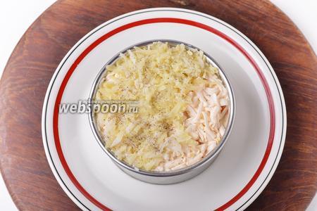 Следующие слои: сыр и картофель. Посыпать картофель солью (2 щепотки) и 1 щепоткой чёрного молотого перца, а сверху опять смазать тонким слоем майонеза (всего у нас 100 грамм майонеза).