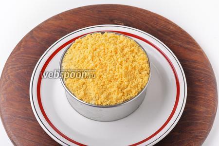 Последний слой — желтки. Отправить салат в холодильник на 30 минут.