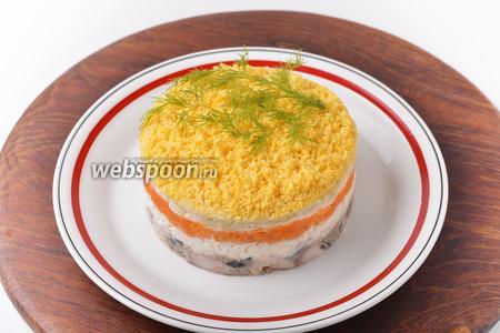 Перед подачей снять кулинарное кольцо. Украсить салат несколькими веточками укропа.