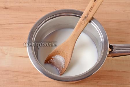 В сотейнике соединить 200 мл молока, 2 грамма соли, 15 грамм сахара. Перемешать.