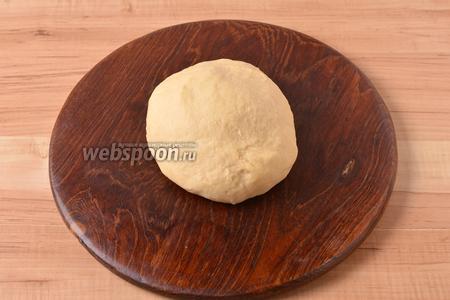Замесить мягкое тесто, завернуть его в пищевую плёнку и оставить при комнатной температуре на 25-30 минут.