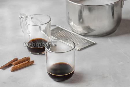 Вылить эспрессо в стаканы для подачи напитка.