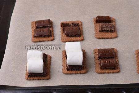 На шоколад выложить маршмеллоу (60 г).