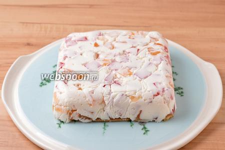 Перед подачей перевернуть десерт на блюдо, снять пищевую плёнку и форму, нарезать десерт кусочками.