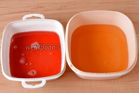 Заранее 2 вида желе (тут по 90 грамм апельсинового и клубничного) приготовить согласно инструкции на упаковке и разлить в квадратные судочки размером примерно 15х15 сантиметров. Отправить в холодильник на 2 часа для застывания.