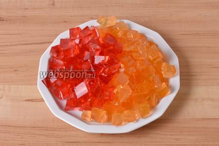 Нарезать застывшее желе кубиками размером примерно 1,5х1,5 сантиметра.