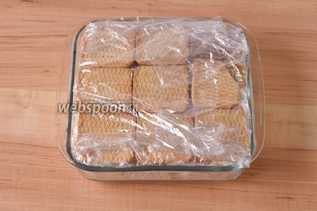 Накрыть сверху пищевой плёнкой и выложить небольшой груз (например, разделочную доску). Отправить в холодное место на 1-2 часа.