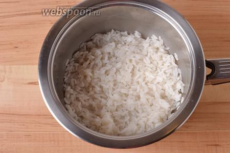 Рис (0,3 стакана) тщательно промыть под проточной тёплой водой, а затем отварить до готовности. Приправить солью (2 грамма) и чёрным молотым перцем (0,5 грамма).