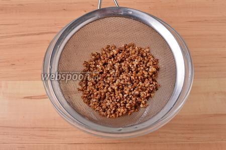 Гречневую крупу (200 грамм) перебрать и тщательно промыть под проточной водой.