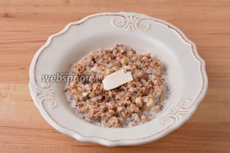 При подаче в каждую тарелку выложить кусочек сливочного масла (всего 30 грамм). Украсить можно листиками из киви.
