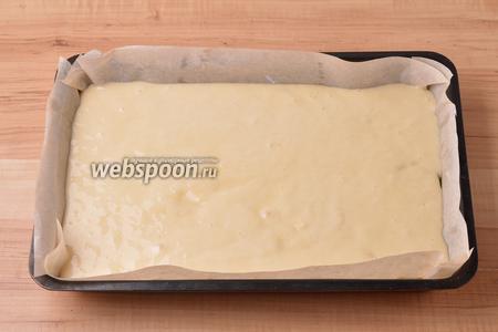 Сверху вылить тесто.