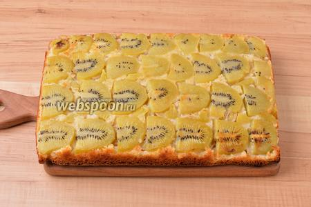 Выпекать при 180°С приблизительно 50 минут до готовности пирога (до сухой лучинки). Остудить, перевернуть пирог вверх начинкой и снять пергамент. Подавать, нарезав кусочками.
