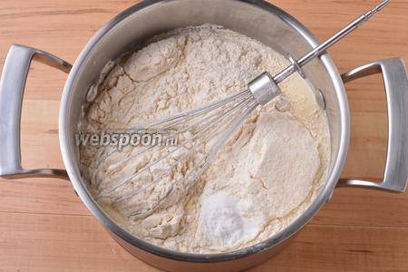 Вмешать 160 грамм просеянной с содой (1 ч. л.) муки.