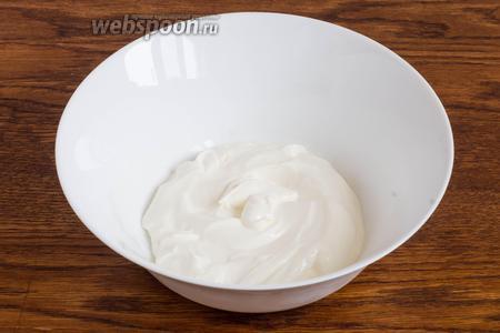 Сметану (300 грамм) поместите в большую миску.