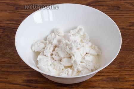 Добавьте 160 грамм зефира, разломанного на небольшие кусочки. Если зефир мягкий, то можно положить его весь сразу, если же он суховат, то для удобства взбивания лучше добавлять по частям.