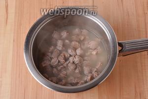Выложить подготовленные желудки в кастрюлю с 0,5 литра воды. Довести до кипения и проварить на огне ниже среднего под крышкой 25 минут. Отцедить.