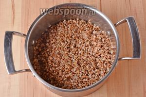 Параллельно 150 грамм гречневой крупы перебрать, тщательно промыть и отварить до готовности.