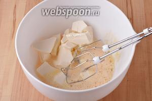 3 яйца взбить до светлой массы. Добавить 60 мл молока, 150 грамм мягкого сливочного масла и взбивать ещё 2-3 минуты.