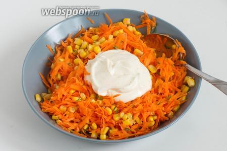 Добавьте майонез с пряностями. Посолите по вкусу с учётом солёности майонеза. Перемешайте салат.