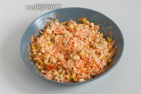 Салат из моркови с кукурузой готов! Подавать его можно сразу же после приготовления.