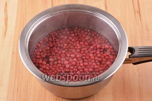 Добавить 450 мл воды. Довести до кипения и проварить 3 минуты. Снять с огня и оставить под крышкой на 5 минут. Отделить ягоды от отвара с помощью дуршлага.