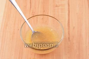 Параллельно соединить 15 грамм быстрорастворимого желатина и 50 мл воды комнатной температуры. Оставить на 5 минут.