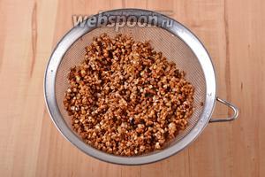 Параллельно перебрать 1 стакан гречневой крупы и тщательно её промыть. Откинуть на дуршлаг, чтобы хорошо стекла жидкость.