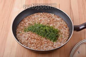 35 грамм укропа мелко нарезать и вмешать в кашу.