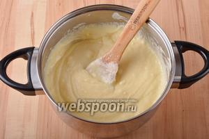 75 мл молока соединить с 40 грамм лимонного киселя и 10 грамм картофельного крахмала. Перемешать и ввести в творожную массу. Довести, помешивая, до кипения и проварить 2 минуты. Масса станет густой. Снять с огня и остудить до тёплого.