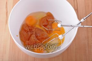 В чаше соединить 3 яйца, 100 грамм сахара и 180 грамм мёда.