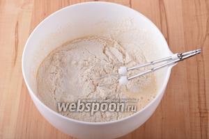 На небольших оборотах вмешать 25 грамм растопленного и охлаждённого сливочного масла, 180 грамм просеянной муки и 1 чайную ложку соды.