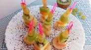 Фото рецепта Канапе с виноградом и ананасом