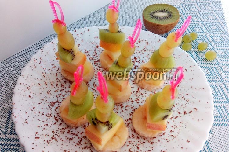 Фото Канапе с виноградом и ананасом