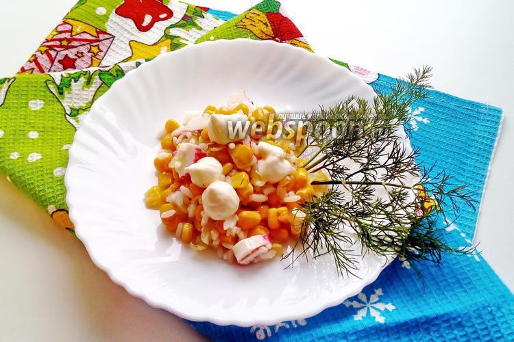 Фото Салат из крабовых палочек с жареным луком